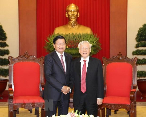 Le secrétaire général du Parti et président Nguyen Phu Trong reçoit le PM laotien