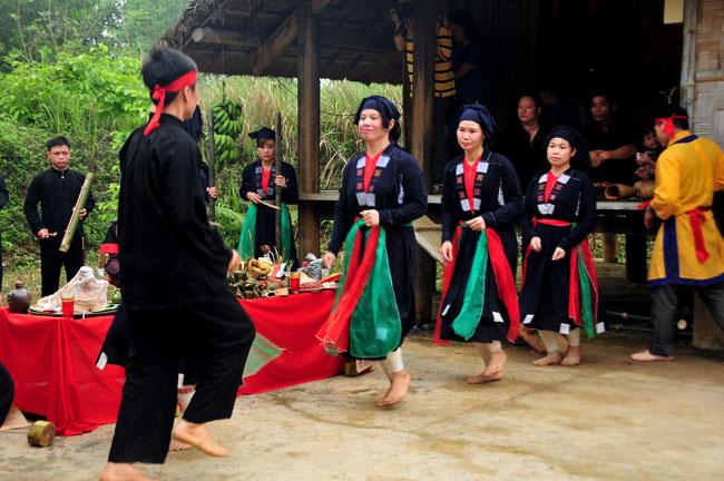 À la découverte de la danse «Tac Xinh» de l'ethnie San Chay