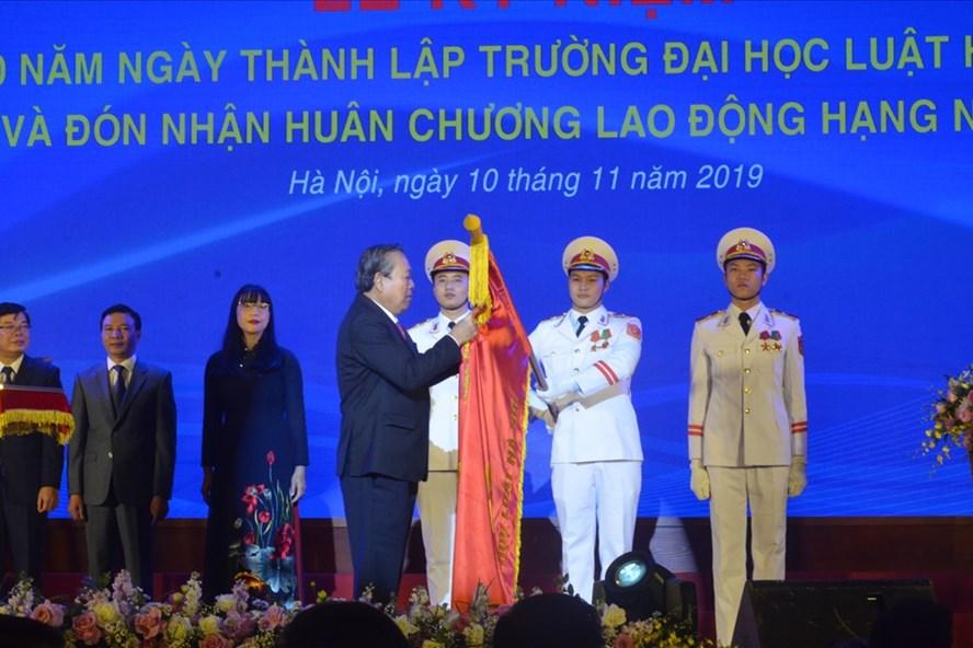 L'Ordre du Travail de 1ère classe à l'Université de droit de Hanoi