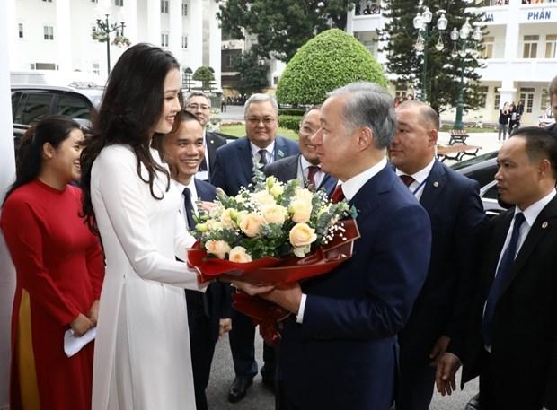 Le président de la Chambre basse kazakh visite l'Université de Hanoi