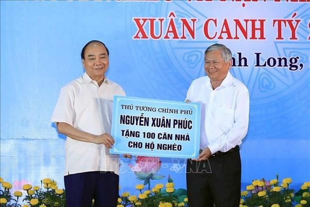 """Le Premier ministre Nguyen Xuan Phuc assiste au programme """"Têt de retrouvaille"""" à Vinh Long"""