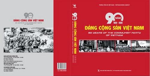 """Publication du livre de photos """"Les 90 ans du Parti communiste du Vietnam (1930-2020)"""""""