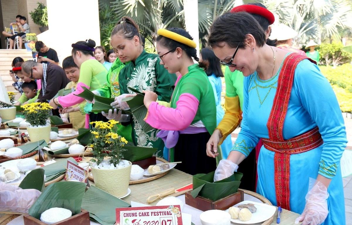Plus de 100 touristes étrangers ont participé au Festival des « banh chung » à Binh Thuân