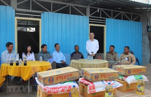Des familles cambodgiennes d'origine vietnamienne reçoivent de nouvelles maisons