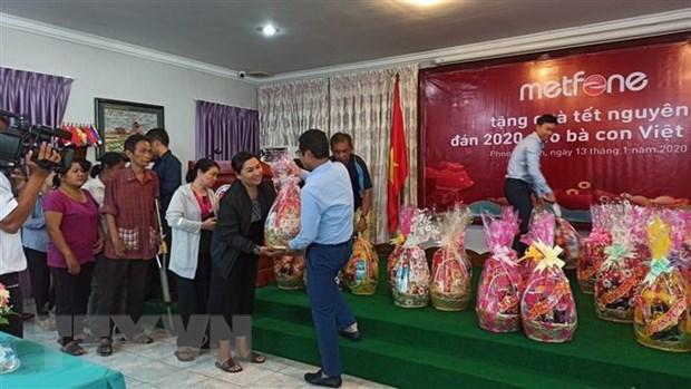 Des cadeaux pour des familles de Viet kieu démunis au Cambodge