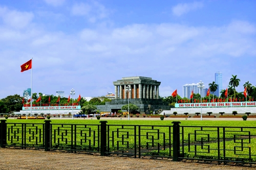 La capitale  noyée sous les drapeaux et fleurs en l'honneur du 130e  anniversaire de l'Oncle Hô