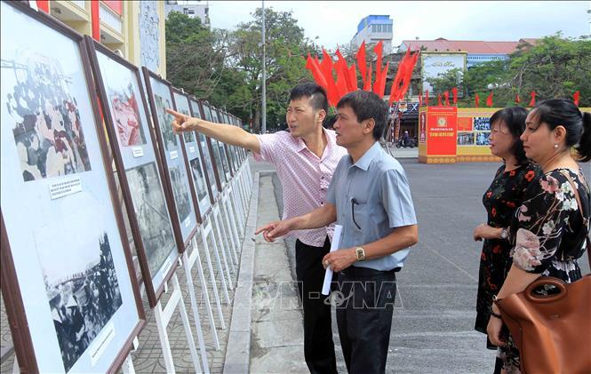 """Exposition """"Hai Phong: 65 ans de construction et de développement"""""""