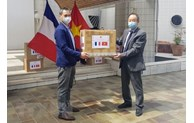 Le Vietnam offre des masques médicaux à des organisations et amis français