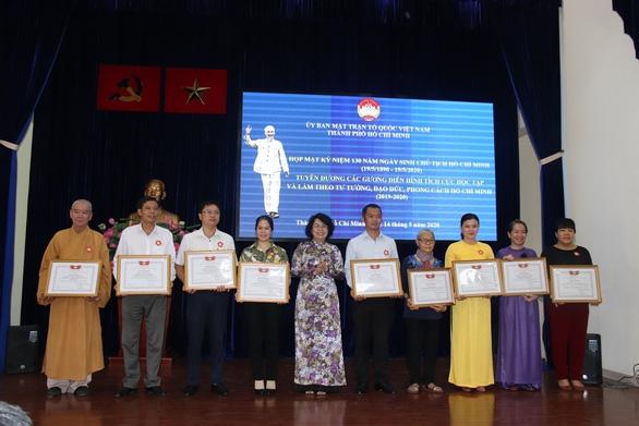 «Étudier et suivre la pensée, la moralité et le style du Président Hô Chi Minh»: des personnes exemplaires à l'honneur