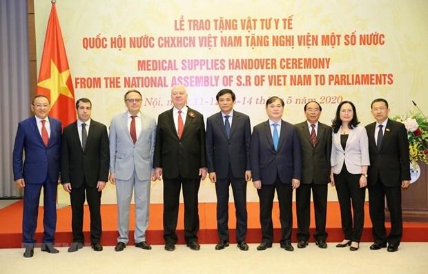 L'AN vietnamienne offre des équipemens médicaux à certains parlements étrangers