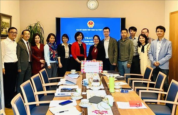 COVID-19: Le Vietnam offert des masques à la communauté des Vietnamiens en Suisse