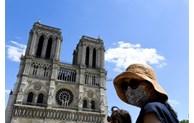 """Le parvis de Notre-Dame rouvre, un """"symbole"""" salué"""
