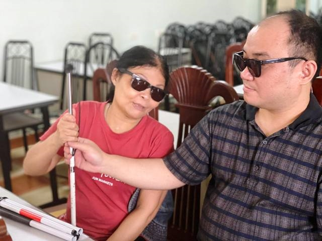 Plus de 600 cannes blanches offertes aux malvoyants à Hanoï