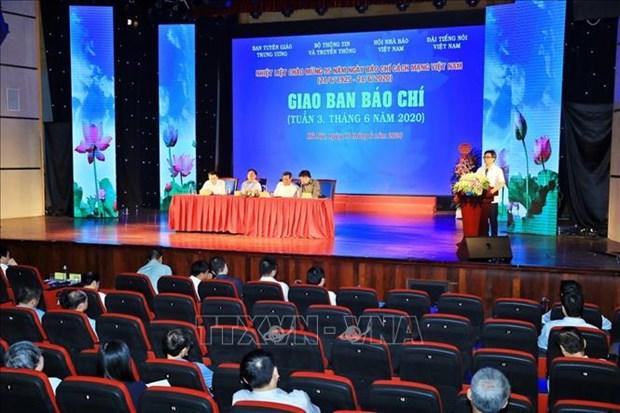 Le vice-PM Vu Duc Dam adresse les félicitations aux journalistes