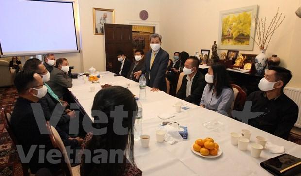 Remise des masques à la communauté des Vietnamiens au Royaume-Uni