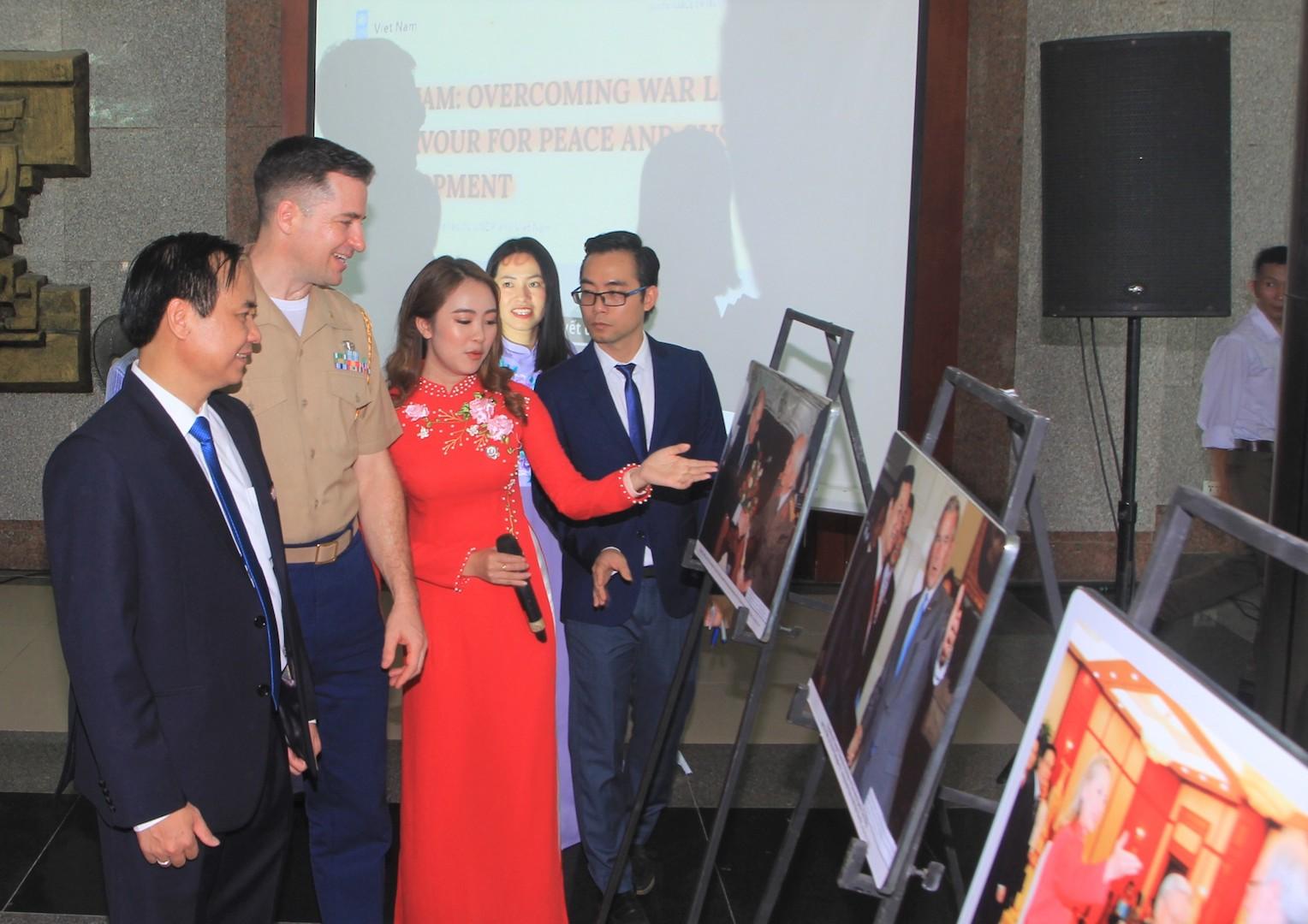 Exposition de photos en l'honneur du 25e anniversaire de l'établissement des relations diplomatiques Vietnam-Etats-Unis