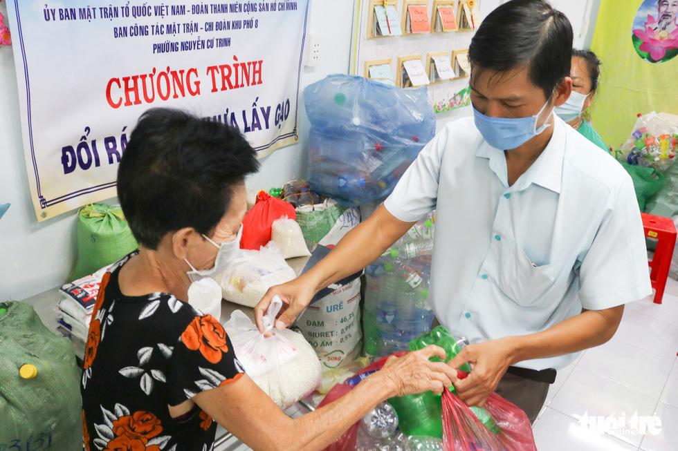 Ho Chi Minh-Ville: Echanger des déchets plastiques contre du riz