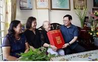 Têt 2021: cadeaux aux familles bénéficiaires de politiques sociales et foyers démunis à Hanoi