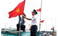 Le président Nguyen Xuan Phuc offre 5.000 drapeaux nationaux aux pêcheurs