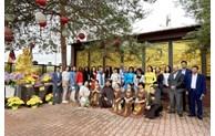 La culture traditionnelle vietnamienne impressionne des amis internationaux en R. tchèque
