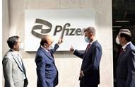Le président vietnamien Nguyên Xuân Phuc visite la société Pfizer Biopharmaceutical