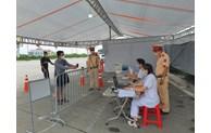 COVID-19: installation de caméras de scannage de QR codes aux points de contrôle à Hanoï