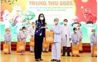 La vice-présidente Vo Thi Anh Xuan offre des cadeaux à des enfants hospitalisés