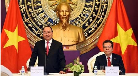 阮春福总理与越南驻华大使馆馆员及旅居北京越南人社群交谈