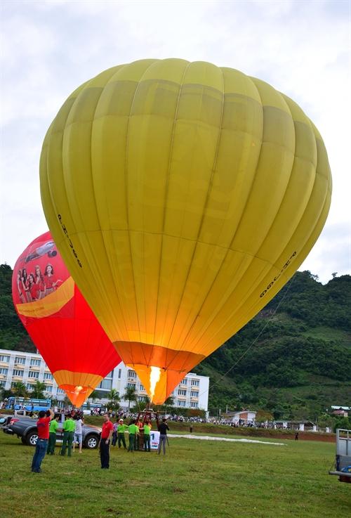 热气球首次在木州高原上飘飞
