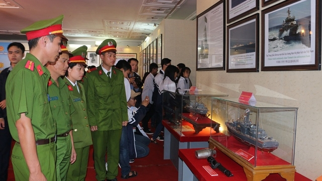 """""""黄沙和长沙两个群岛归属越南:历史证据和法律依据""""资料图片展在河南省举行"""