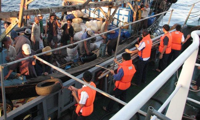 越南海军第三区乘风破浪成功救援在黄沙群岛海域遇险的两艘渔船