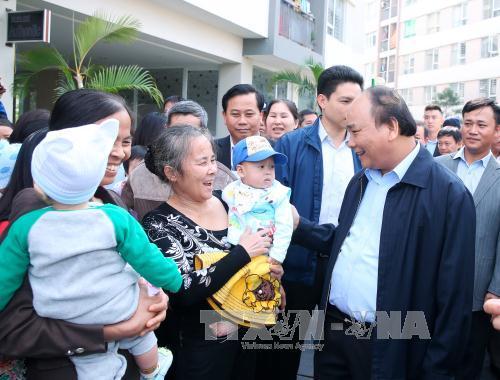 阮春福总理走访慰问河内市嘉林县邓舍保障性住房小区居民