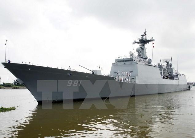 韩国两艘海军舰艇访问越南金兰国际港