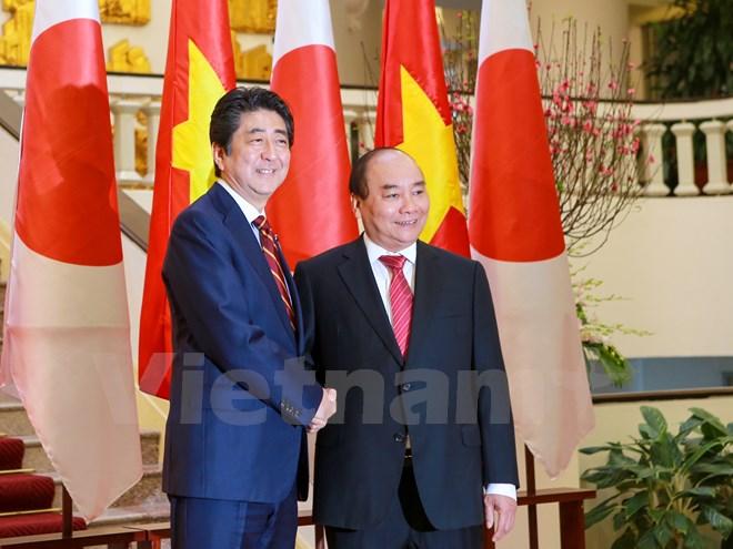 日本首相安培晋三与夫人圆满结束对越南的访问之旅