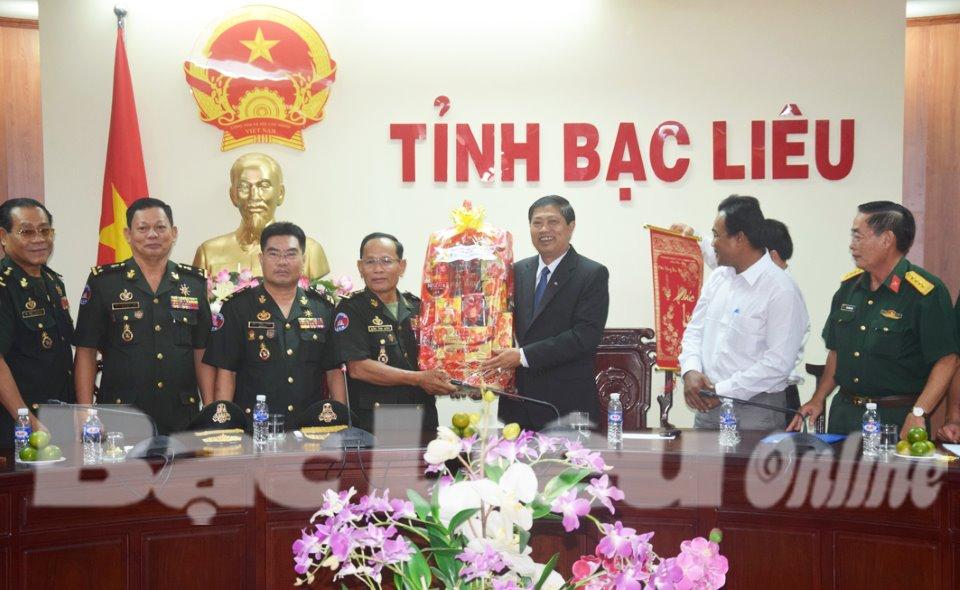 柬埔寨皇家军警卫司令部代表团访问薄辽省
