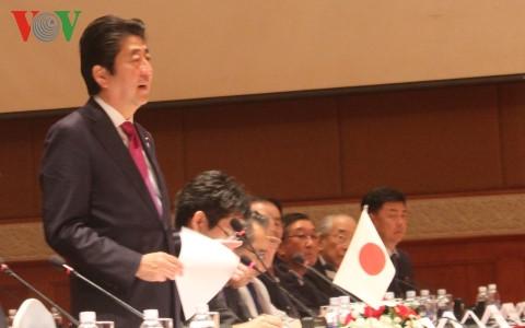日本首相安培晋三:越南位于世界经济增长中心地区
