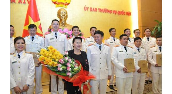 国会主席阮氏金银会见2016年模范公安青年