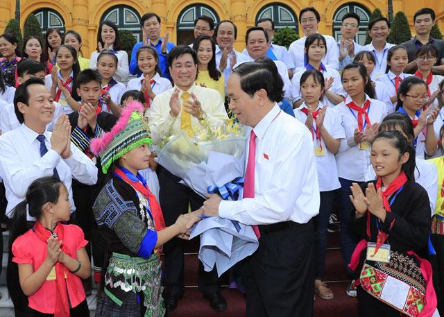 国家主席陈大光会见全国优秀特困儿童