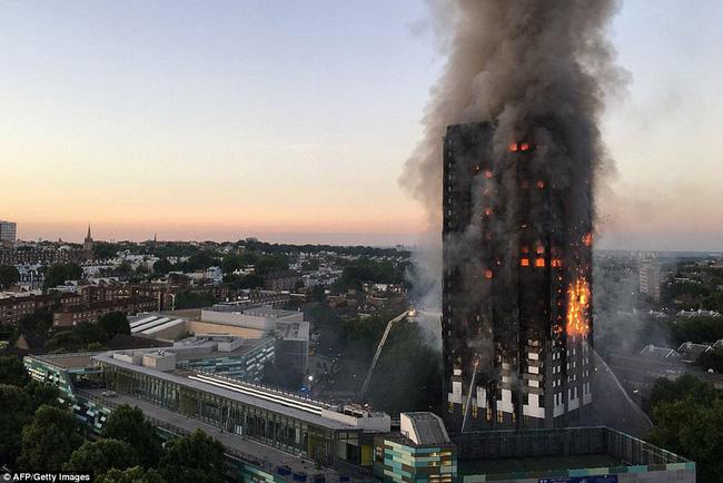 英国警方确认12人在伦敦高层居民楼火灾中遇难