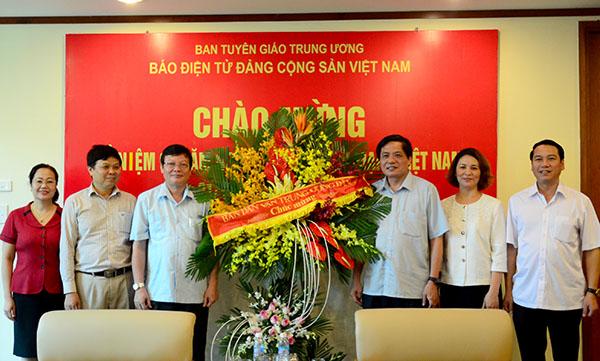 越共中央民运部领导向《越共电子报》全体干部人员致以节日祝贺