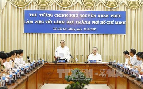 政府总理阮春福同胡志明市主要领导班子举行工作会议