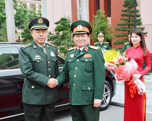 越共中央军委副书记吴春历与中共中央军委副主席范长龙举行会谈