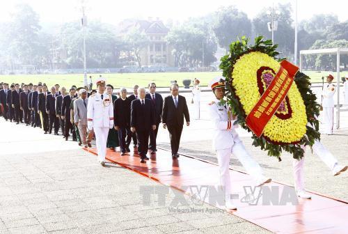 党和国家领导人缅怀英雄烈士并入陵瞻仰胡志明主席遗容