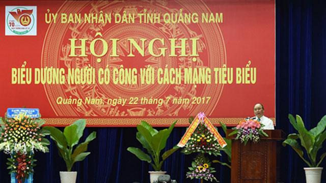 越南政府总理阮春福在广南省出席模范革命有功者表彰大会
