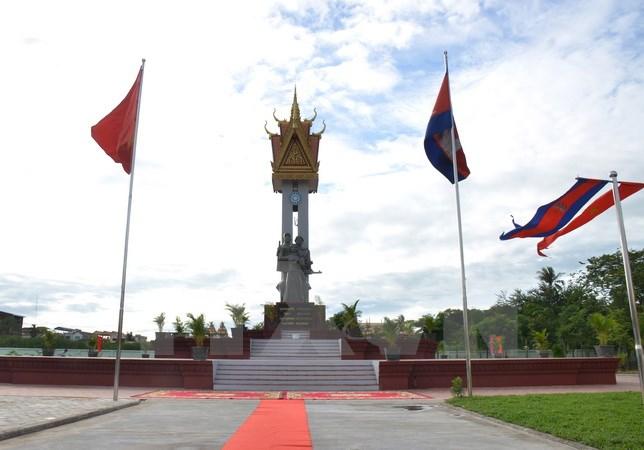 越柬友谊塑像台在柬埔寨落成