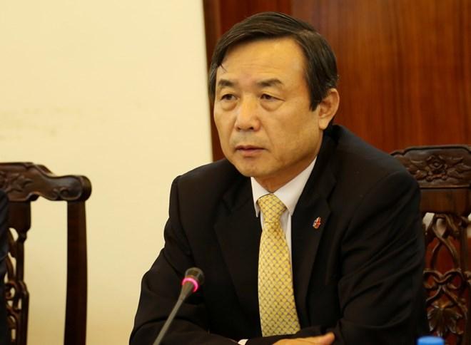 越友联向韩国驻越总领事授予纪念章