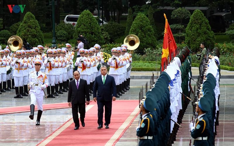 阮春福总理举行隆重仪式欢迎匈牙利总理来访