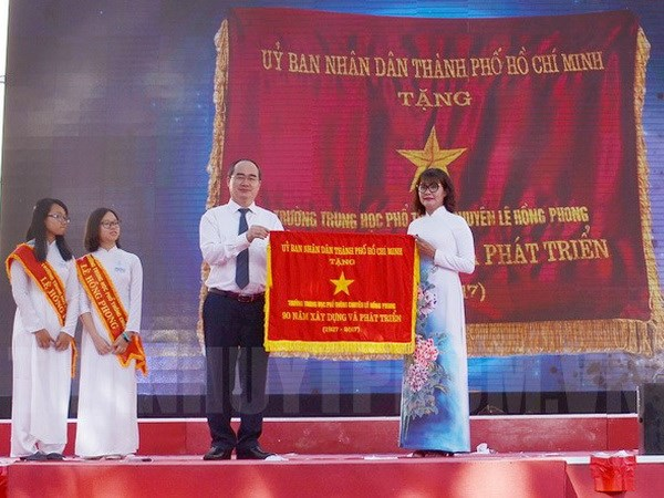 越南党和国家领导人出席各学校开学典礼