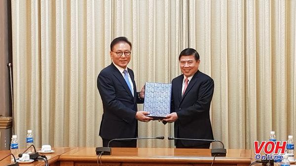 胡志明市人民委员会主席会见越南驻韩国釜山地区名誉总领事