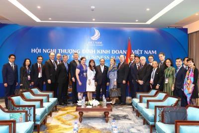 政府总理阮春福相继会见出席越南商务峰会的各国企业代表团